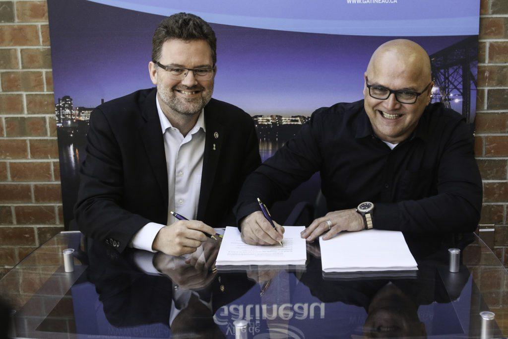À gauche, le maire de Gatineau, Maxime Pedneaud-Jobin, et à droite, le président du syndicat des cols bleus, Denis Savard. Photo : Patrick Woodbury, Le Droit