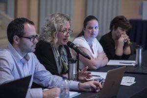 Elizabeth Arnot, présidente du syndicat, répond à la question d'un membre.