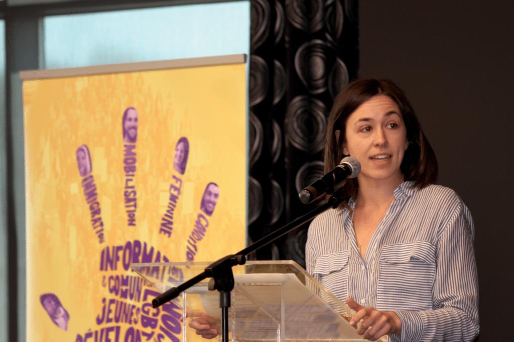Aurélie Lanctôt, auteure de l'essai Les libéraux n'aiment pas les femmes, entretient les congressistes des conséquences des politiques d'austérité sur les femmes.Photo : Chu Anh Pham