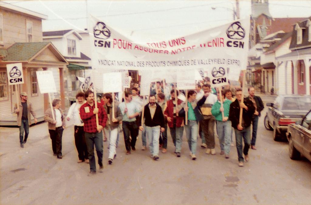 Manifestation pendant le lock-out de 1988 qui a duré 17 semaines, où l'on aperçoit Marc Laviolette, président de la CSN de 1999 à 2001.