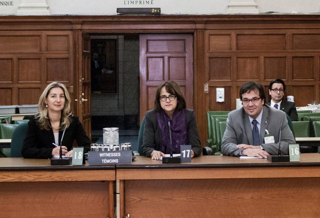 Francine Lévesque, vice-présidente de la CSN à la commission parlementaire, accompagné de Nathalie Joncas, actuaire de la CSN, et François Énault.