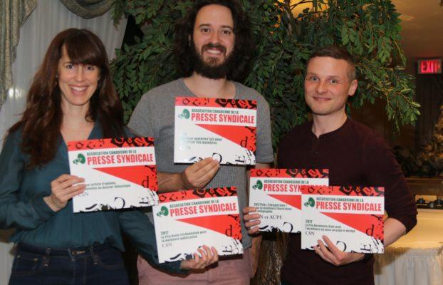 Des membres de l'équipe du Service des communications avec les prix remportés par la CSN | Photo : Peter Scott