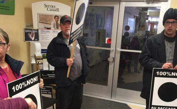 Une dizaine de chômeurs et chômeuses et de militantes et militants solidaires ont occupé les bureaux de Service Canada à Forestville.
