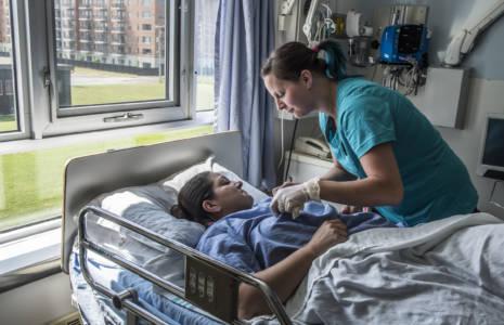 Les patients, médecins, intervenants et hauts gestionnaires appellent aux changements pour améliorer le système de santé