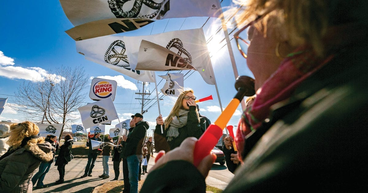 Manifestation devant un Burger King