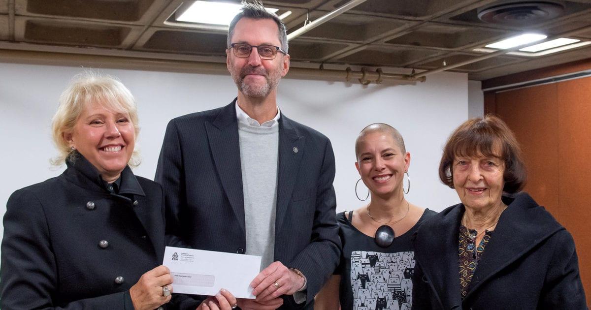 Anne-Marie Saint-Cerny, lauréate 2018, Jean Lortie, secrétaire général de la CSN, Catherine Ladouceur, secrétaire du Conseil central de l'Estrie, et Marie Gaboury, conjointe de feu Pierre Vadeboncœur.