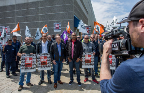 Les travailleurs de Velan Montréal s'affichent publiquement pour dénoncer la délocalisation de 195 emplois vers l'Asie