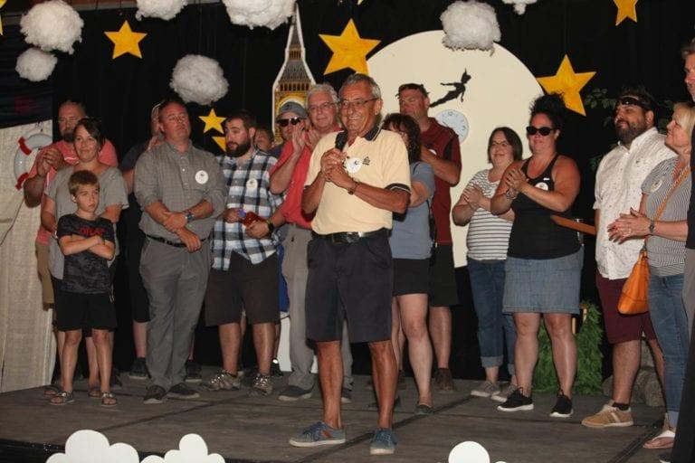 Jean Lacharité au Camp-Vol d'été Leucan-CSN, accompagné de plusieurs bénévoles et enfants