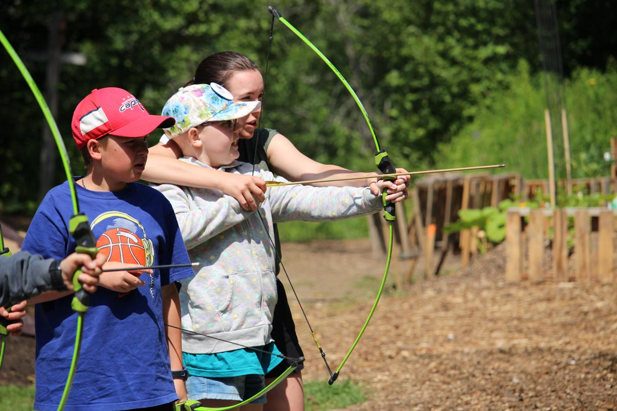Enfant pratiquant du tir à l'arc au camp vol d'été Leucan CSN