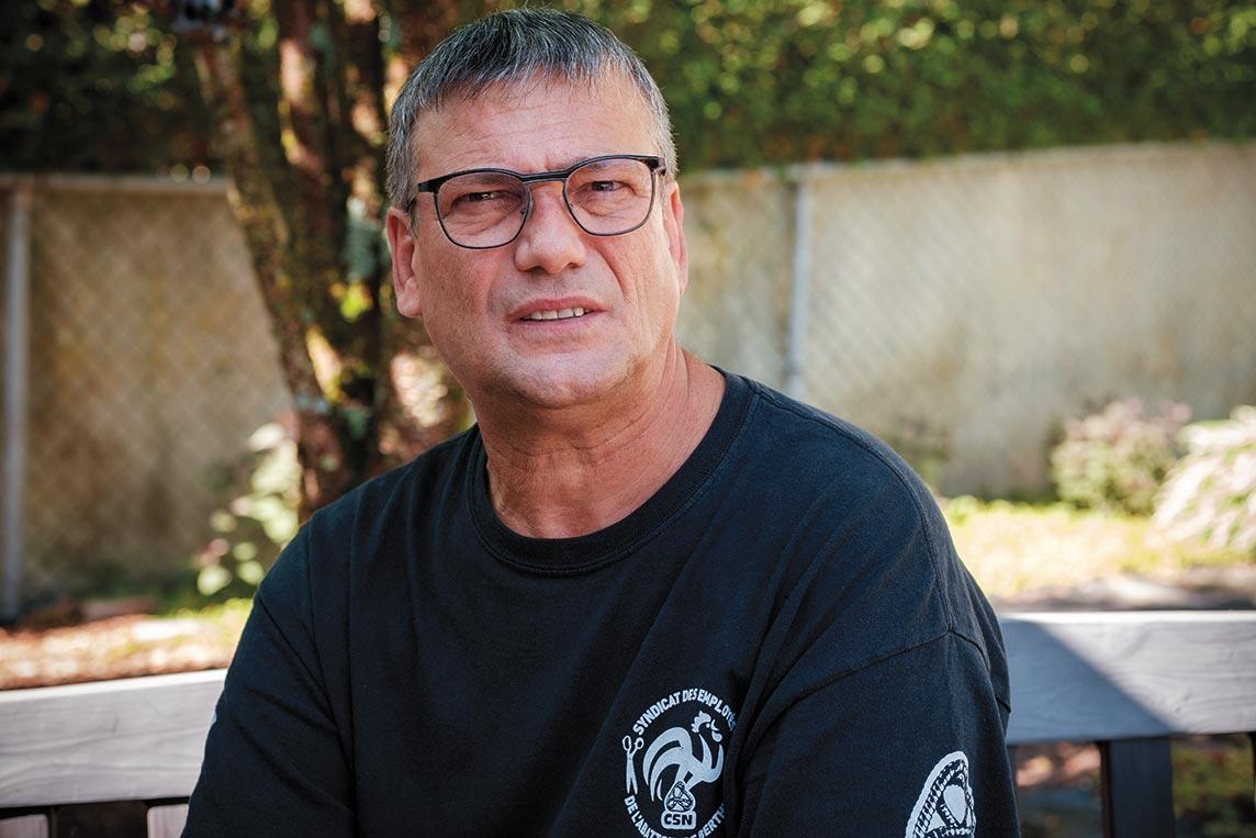 Photo de René Goyette à l'extérieur. Il porte un chandail du syndicat.