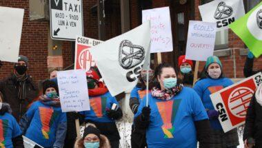 Les membres du personnel administratif des trois établissements de l'école Irénée-Lussier manifestent à Montréal