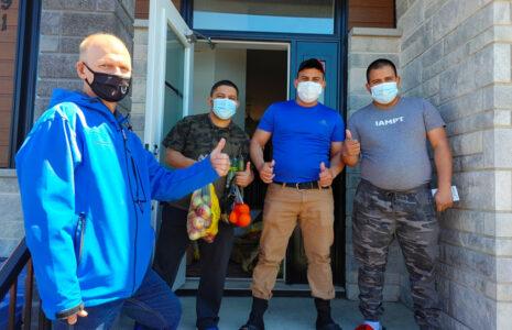 Le syndicat dénonce le traitement réservé aux travailleurs étrangers durant l'éclosion