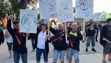 Les grévistes d'Olymel manifestent devant l'usine de Princeville