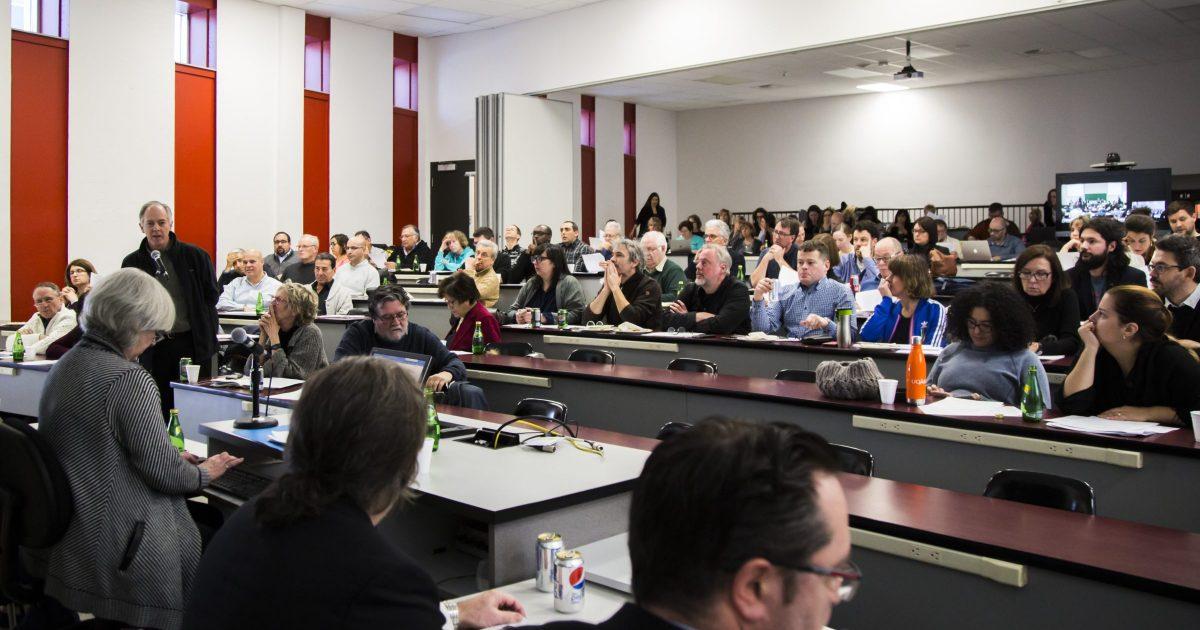 Les membres du SPUQO en assemblée générale spéciale. - Photo : Simon Séguin-Bertrand