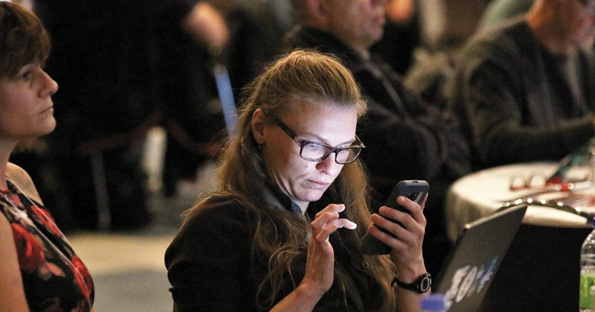 Membre du secteur public utilisant une application mobile pour participer à une instance
