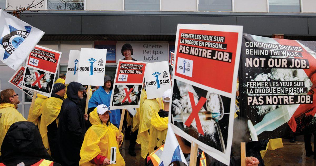 Plus d'une centaine d'agents correctionnels ont manifesté le 2novembre devant le bureau de la ministre Ginette Petitpas Taylor à Moncton (sur la photo) et celui de Ralph Goodale à Régina pour que soit suspendue l'implantation du PESP.