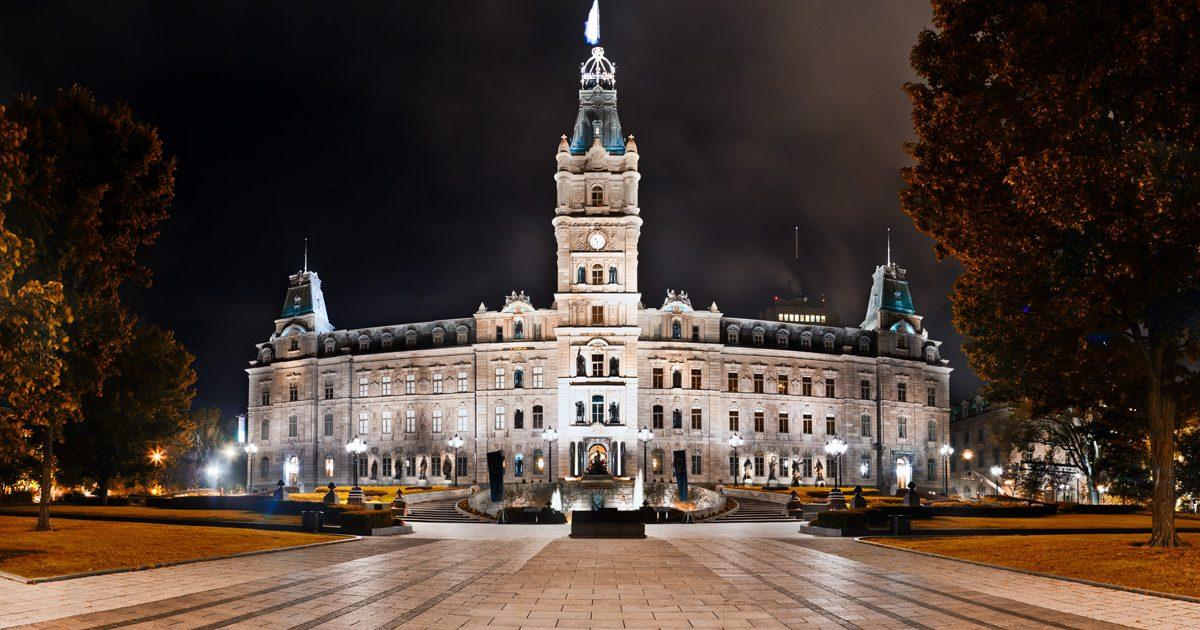 Photo nocturne de l'Assemblée nationale du Québec