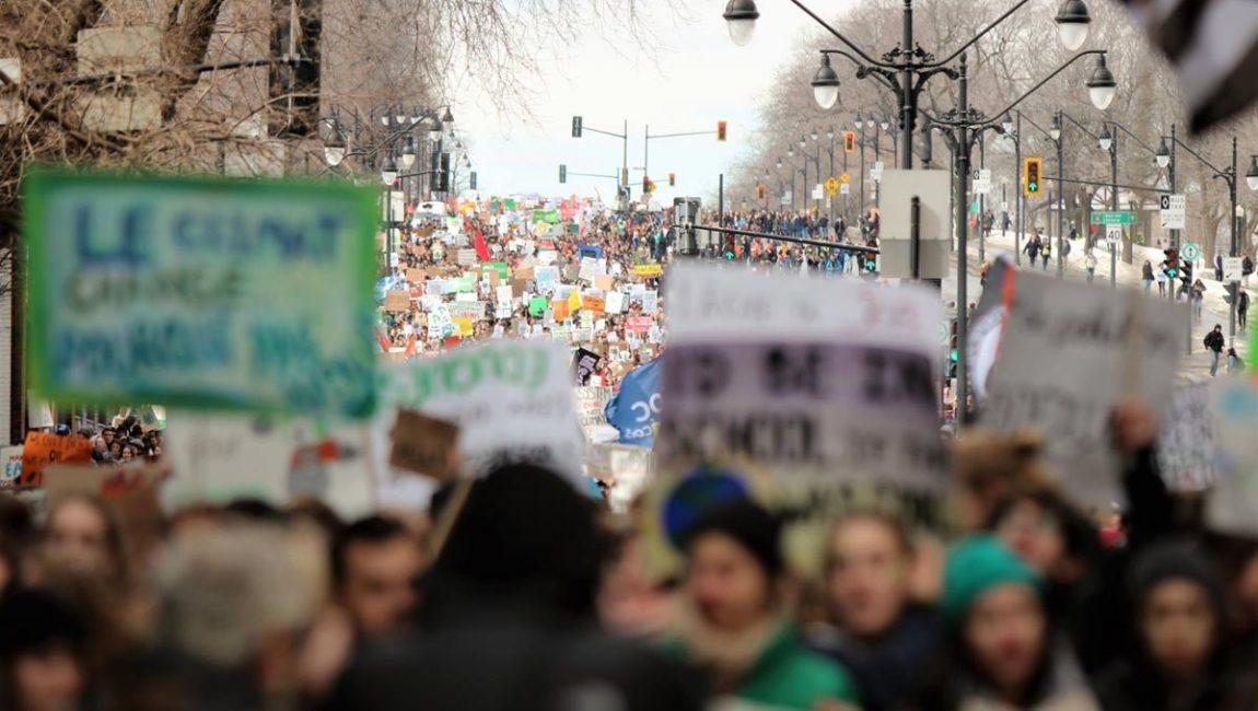 Plan large d'une foule énorme à la manifestation étudiante pour le climat, le 15 mars 2019