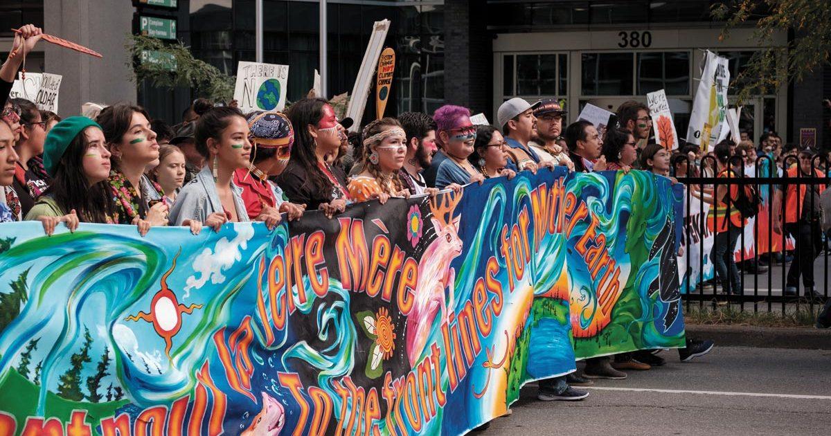 Photo de la banderole de tête et de la contingence autochtone à la grande manifestation du 27 septembre. On peut voir Greta Thunberg, petite et un peu cachée, dans la foule.