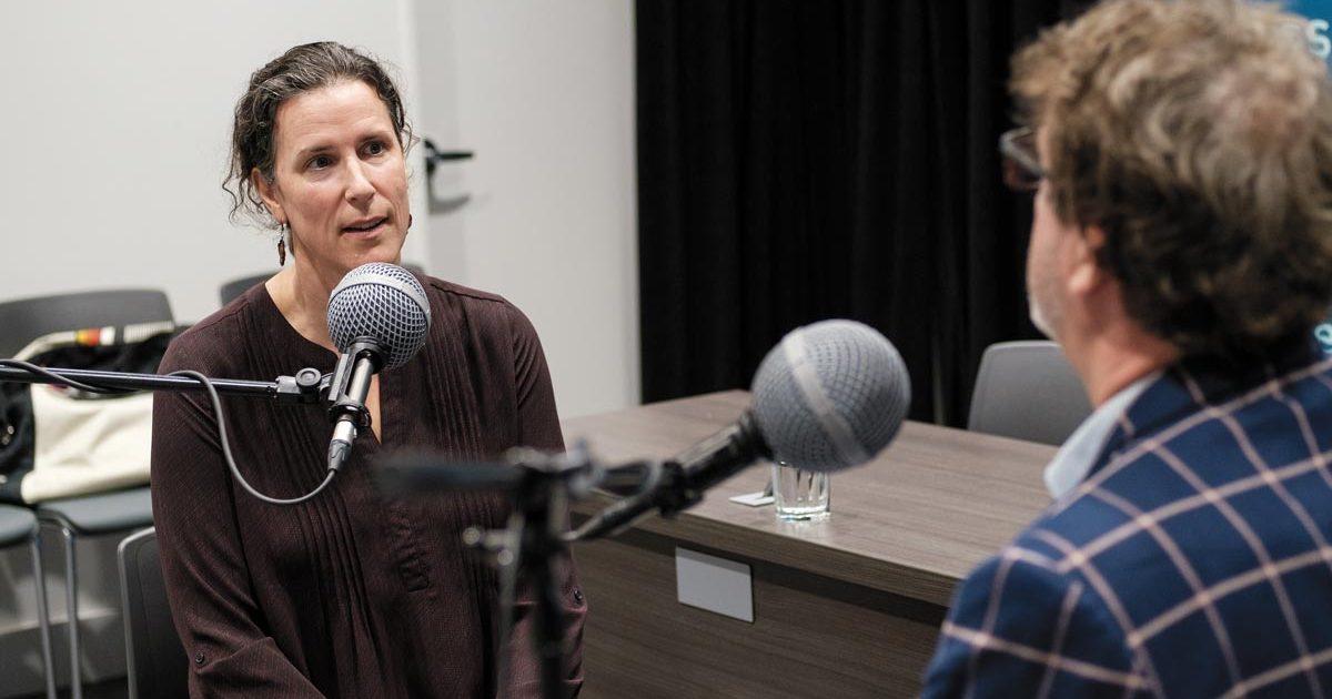 Amy Côté parle au micro avec Jacques Létourneau