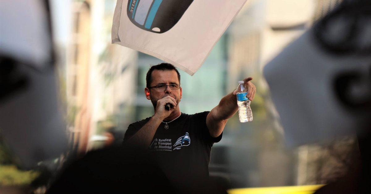 Photo du président du Syndicat de transport de Montréal-CSN au micro à une manif