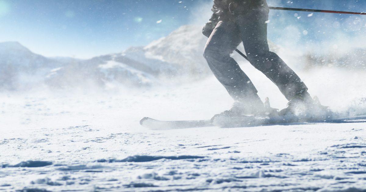 Ski-Abfahrt in den Bergen