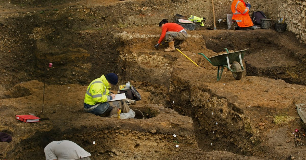 Archéologues au travail sur un chantier