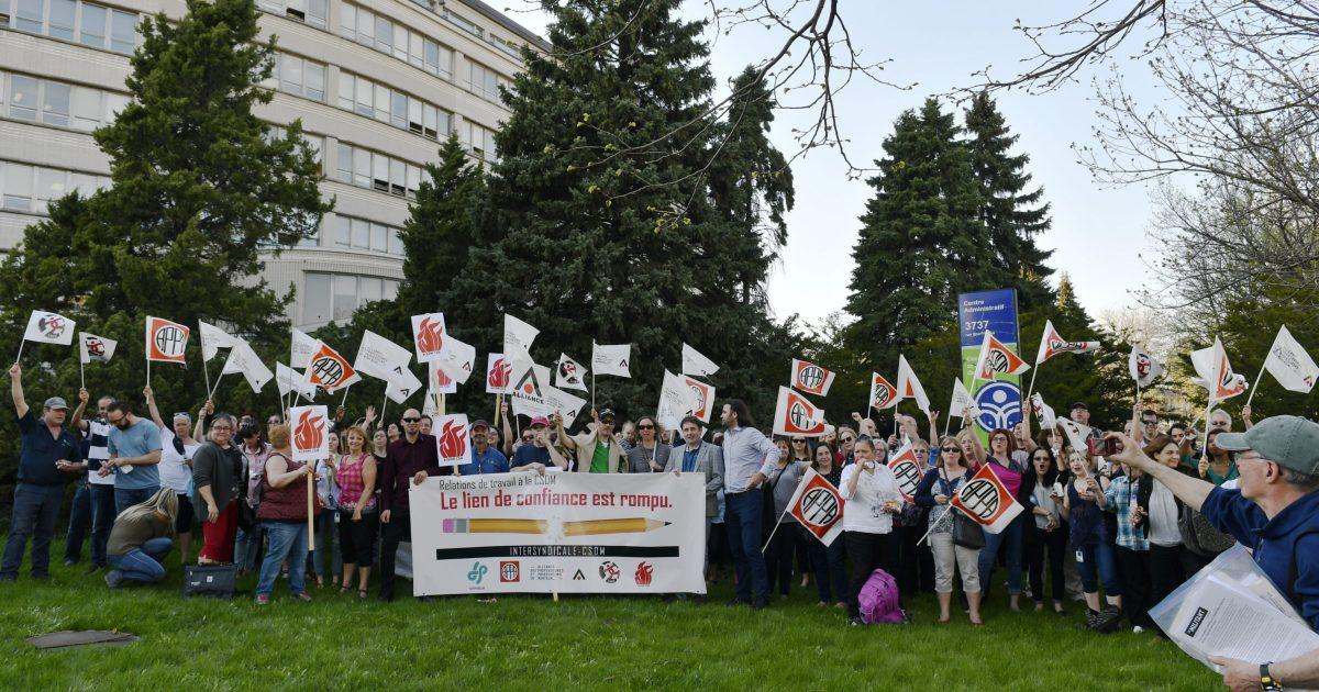 Les membres de l'Intersyndicale CSDM lors d'une manifestation en fin de journée aujourd'hui. - Photo : Michel Giroux
