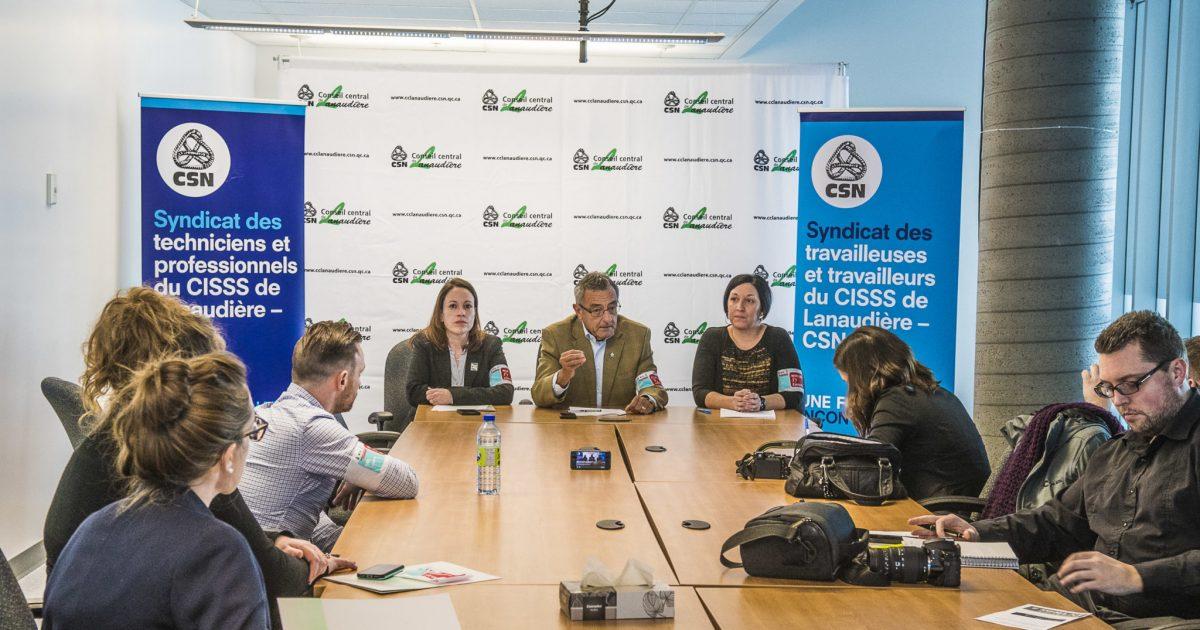 En conférence de presse, à Terrebonne, la v-p de la FSSS, Mélissa Gaouette, le v-p de la CSN, Jean Lacharité et la v-p du Conseil central de Lanaudière, Patricia Rivest.
