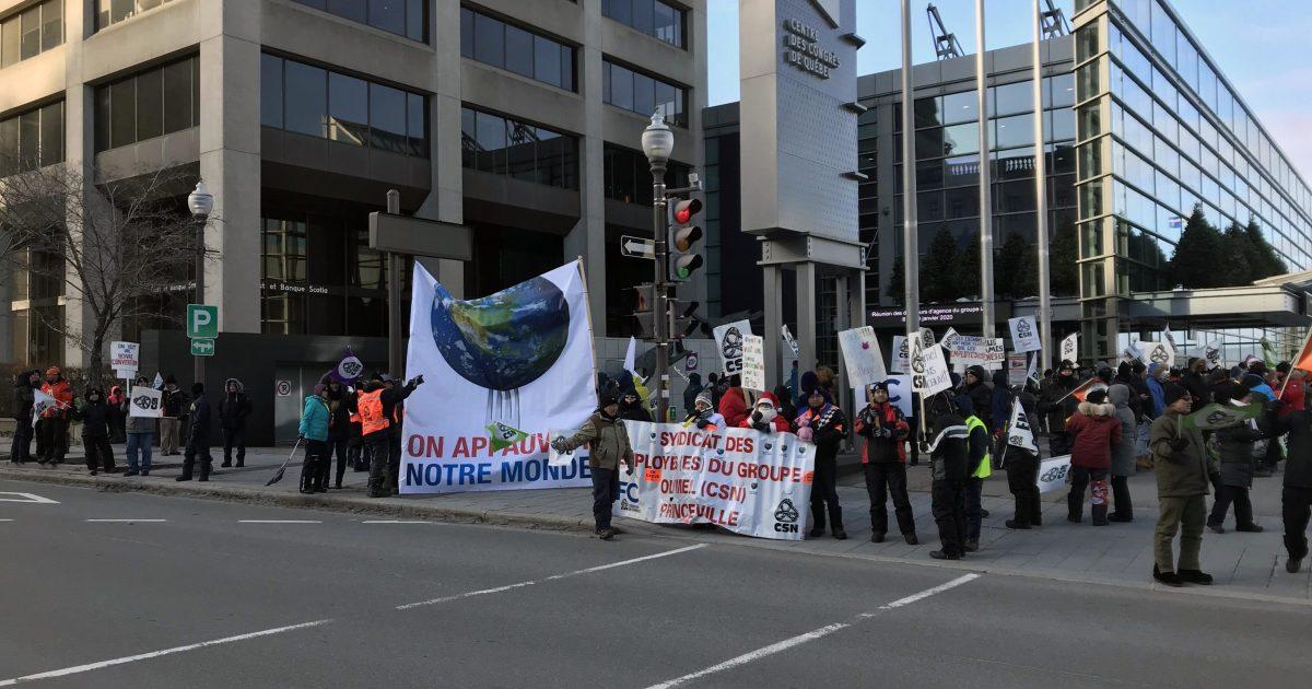 Les membres du Syndicat des employé-es d'Olymel Princeville–CSN devant le Centre des congrès de Québec.